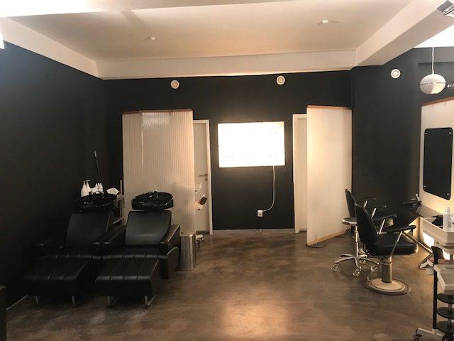 Wir haben renoviert; neue Farbe im Salon, cooles schwarz!