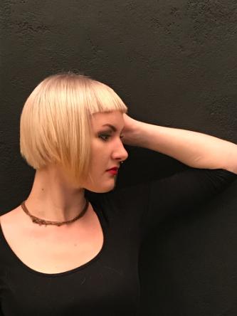 Model Sophie Bild 1 mit einer Box Bob Frisur und Haarfarbe Ultrablond Cendré