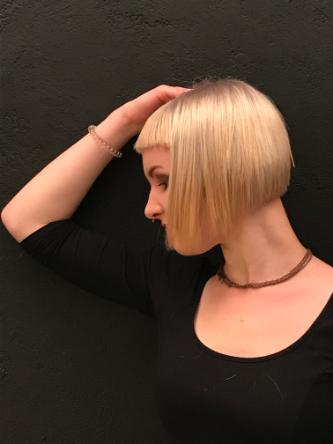 Model Sophie 3 mit einer Box Bob Frisur und Haarfarbe Ultrablond Cendré