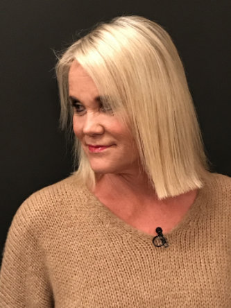 Shopping Queen: Model Susan mit mittellangen, glatten blonden Haaren